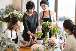 Young women learning flower arrangementの写真素材 [FYI02229627]