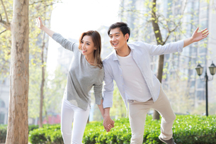 Happy young Chinese couple holding handsの写真素材 [FYI02229631]