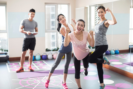 Cheerful young women at gymの写真素材 [FYI02229649]