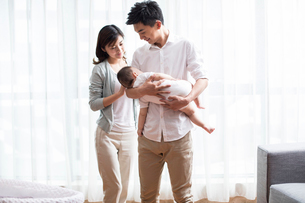 Young parents with sleeping babyの写真素材 [FYI02229651]