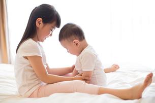 Little girl and baby boyの写真素材 [FYI02229660]