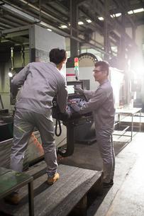 Confident engineers working in the factoryの写真素材 [FYI02229674]