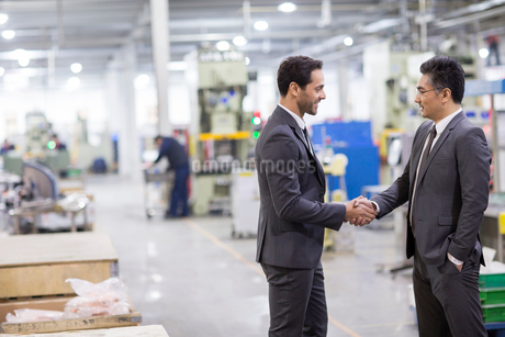 Business people shaking hands in the factoryの写真素材 [FYI02229723]