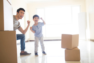 Happy young Chinese father and son moving homeの写真素材 [FYI02229736]