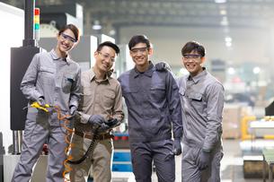 Confident engineering team in the factoryの写真素材 [FYI02229746]