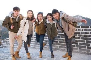 Portrait of happy young Chinese friends on the Great Wallの写真素材 [FYI02229788]