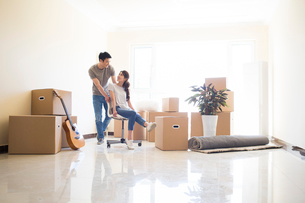 Happy young Chinese couple moving to a new houseの写真素材 [FYI02229824]