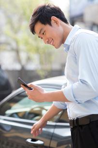 Young businessman opening car doorの写真素材 [FYI02229825]