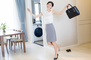 Young woman taking off her high heels after workの写真素材 [FYI02229841]