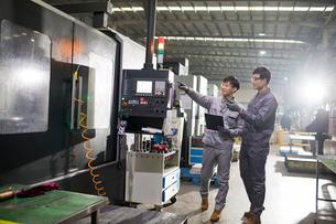 Confident engineers working in the factoryの写真素材 [FYI02229873]