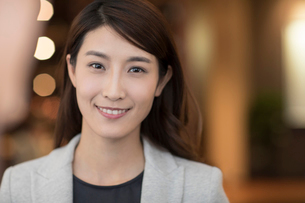 Portrait of cheerful young Chinese businesswomanの写真素材 [FYI02229883]