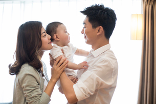 Happy young familyの写真素材 [FYI02229917]