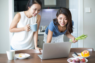 Best female friends using laptop for online recipeの写真素材 [FYI02229929]