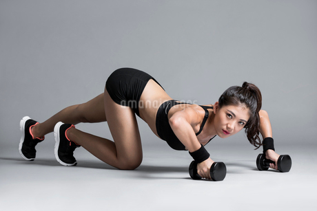Young Chinese female athlete exercisingの写真素材 [FYI02229968]