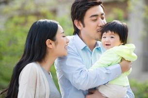 Happy young familyの写真素材 [FYI02230026]