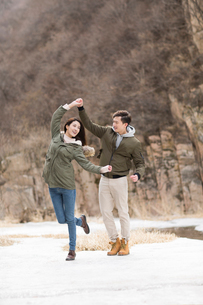 Happy young Chinese couple enjoying winter outingの写真素材 [FYI02230028]