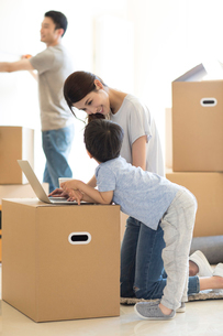 Happy young Chinese family moving to a new houseの写真素材 [FYI02230036]
