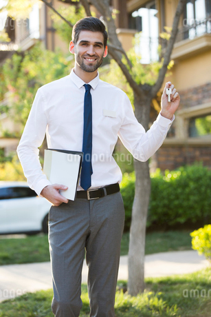 Confident businessman holding keysの写真素材 [FYI02230039]