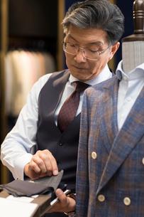 Confident Chinese fashion designer workingの写真素材 [FYI02230041]