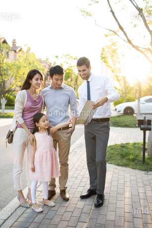 Happy young Chinese family and confident businessmanの写真素材 [FYI02230057]