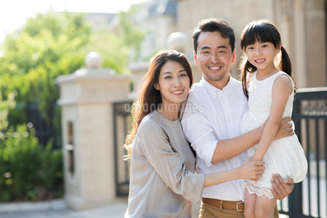 Portrait of happy young Chinese familyの写真素材 [FYI02230060]