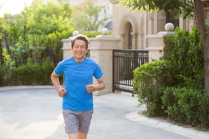 Cheerful senior Chinese man jogging outsideの写真素材 [FYI02230061]