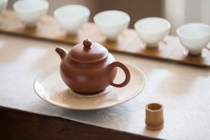Tea pot and tea cups in tea roomの写真素材 [FYI02230068]