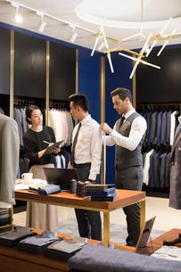 Chinese fashion designers taking measurement of customerの写真素材 [FYI02230073]