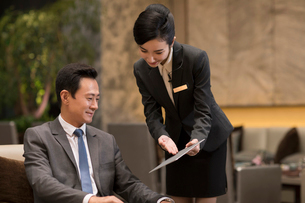 Professional service in luxury hotelの写真素材 [FYI02230083]