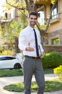 Confident businessman extending hand for handshakeの写真素材 [FYI02230088]