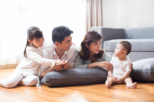 Happy young familyの写真素材 [FYI02230098]