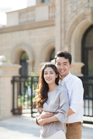 Portrait of cheerful young Chinese coupleの写真素材 [FYI02230102]