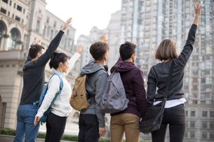 Rear view of abroad students on campusの写真素材 [FYI02230131]