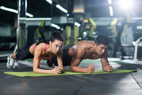 Young couple exercising at gymの写真素材 [FYI02230156]