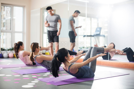 Young women exercising at gymの写真素材 [FYI02230157]