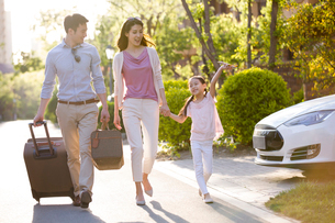 Happy young Chinese family going for vacationの写真素材 [FYI02230161]