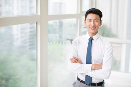 Portrait of confident young Chinese businessmanの写真素材 [FYI02230162]