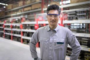 Confident engineer in the factoryの写真素材 [FYI02230186]