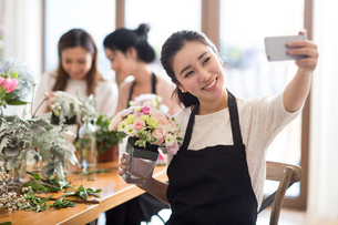 Young women learning flower arrangementの写真素材 [FYI02230208]