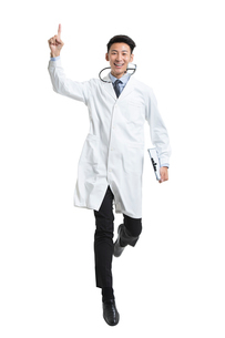 Cheerful young Chinese doctor jumpingの写真素材 [FYI02230218]