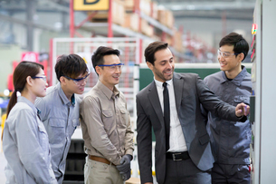 Businessman and engineers talking in the factoryの写真素材 [FYI02230229]