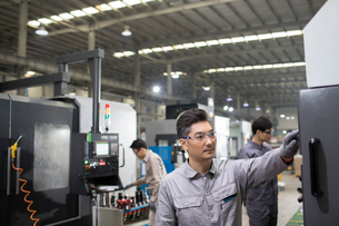 Confident engineers working in the factoryの写真素材 [FYI02230268]