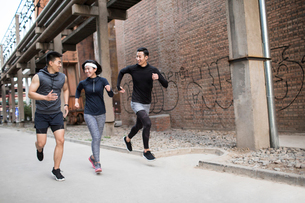 Young Chinese friends jogging outdoorsの写真素材 [FYI02230286]