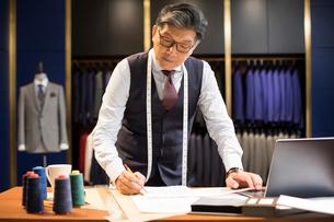 Confident Chinese fashion designer workingの写真素材 [FYI02230318]