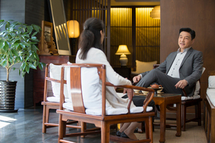 Cheerful Chinese businessman talking with a womanの写真素材 [FYI02230332]