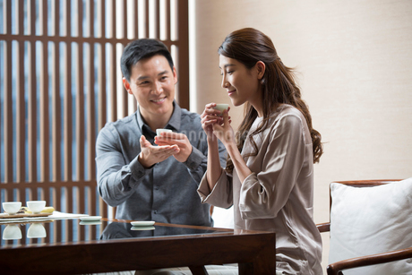 Cheerful Chinese couple drinking teaの写真素材 [FYI02230342]
