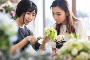 Young woman learning flower arrangementの写真素材 [FYI02230346]