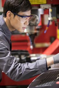Confident engineer working in the factoryの写真素材 [FYI02230356]