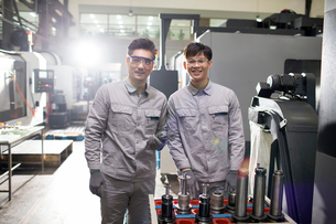 Confident engineers in the factoryの写真素材 [FYI02230357]
