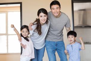 Happy young Chinese family holding keys in their new houseの写真素材 [FYI02230376]